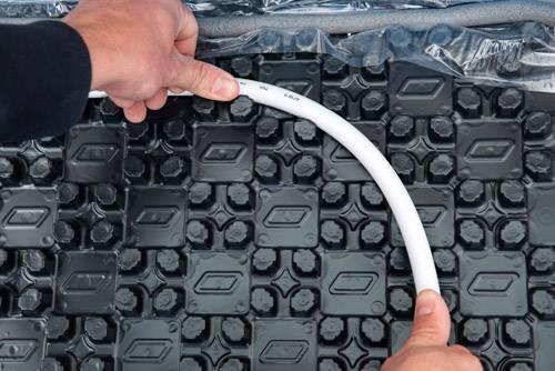 Fussbodenheizung-Noppensystem-verlegen-Rohrverlegung-Alu-Verbundrohr-Selfio